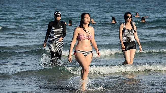 Burkiny vypadají jako neopren, přes který si žena oblékla minišaty a šátek