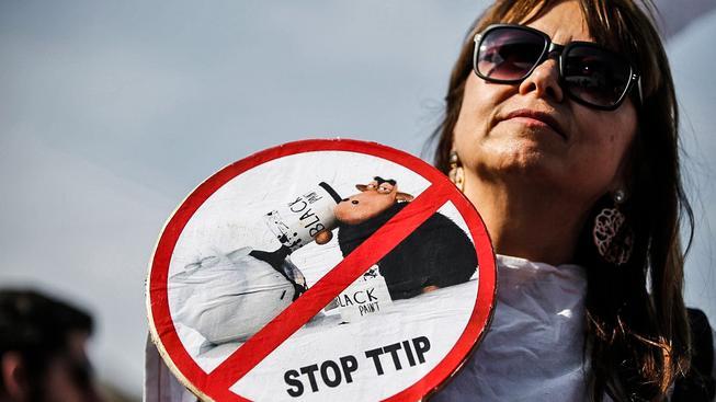 Proti dohodě TTIP protestují hlavně lidé v Evropě, protože ve Spojených státech jsou mnohem volnější standardy pro potraviny