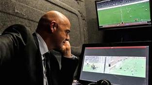 Prezident FIFA Gianni Infantino si video během fotbalového zápasu pochvaloval