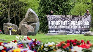 Vepřín stojí na části plochy bývalého romského koncentračního tábora od 70. let. Pomník stojí vedle něj