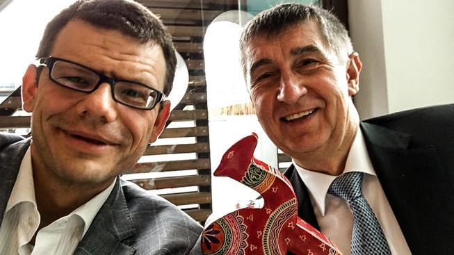 Šéf hnutí NE Martin Jaroš (vlevo) s šéfem hnutí ANO Andrejem Babišem (vpravo)