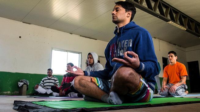 Meditující trestanci ve vězení Punta de Rieles považovaném za vzor vězeňství