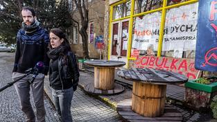 Jakub Ort a Tereza Virtová před Autonomním centrem Klinika