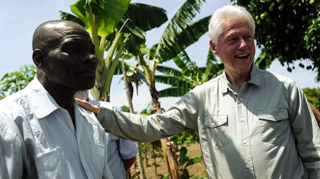 Bill Clinton se osobně angažuje v podpoře haitských pěstitelů burských oříšků. Tisícům farmářů hrozí existenční problémy v důsledku americké humanitární pomoci