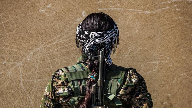 Jedna z kurdských bojovnic z odboje proti IS