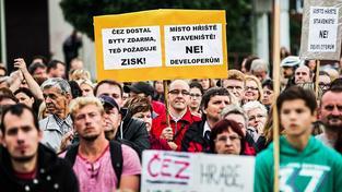 Obyvatelé sídliště v Písnicích několikrát demonstrovali proti kontroverznímu prodeji svých bytů