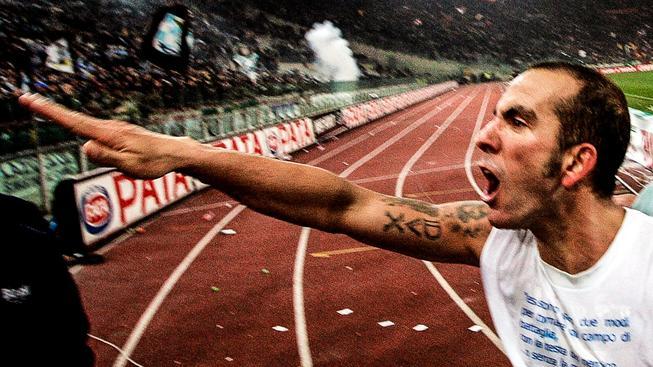 """Paolo Di Canio se """"proslavil"""" fašistickým pozdravem už během hráčské kariéry. Tetování z jeho pravé ruky ho nyní stálo místo v televizi"""