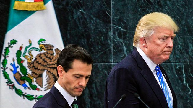 Pozvat Trumpa (vpravo) do Mexika byl od tamního prezidenta (vlevo) hodně odvážný tah
