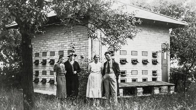 S přáteli u své realizované vize dokonalého velkovčelínu (28.7.1938)