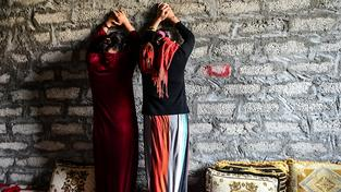 Islámský stát nabízí svým bojovníkům zajaté Jezídky jako sexuální otrokyně. Využívá k tomu dražby na sociálních sítích