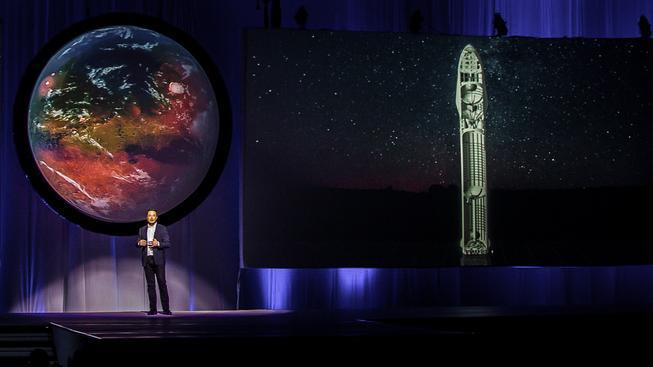 Elon Musk sice není dobrý řečník, jeho plány jsou natolik troufalé, že dokážou doslova přibít posluchače k židlím