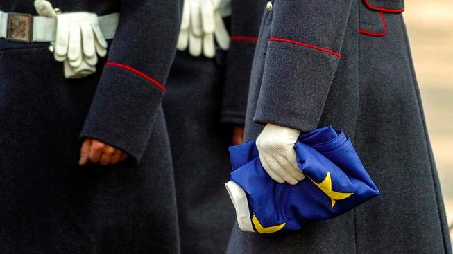 Bulharští vojáci se složenou EU vlajkou. Ilustrační snímek