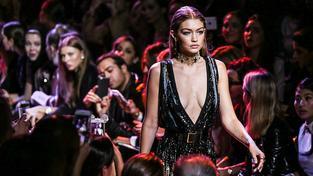 Ani taková hvězda, jako je americká modelka Gigi Hadid, si na přehlídkovém molu nemůže dovolit úsměv