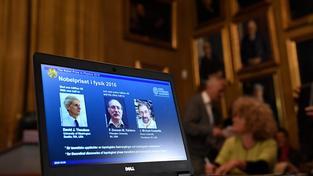 Nobelovu cenu za fyziku získala trojice britských vědců za výzkum hmoty