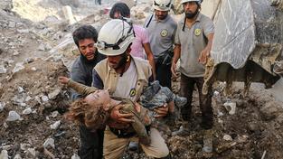 V povstalci ovládané části Sýrie funguje asi tři tisíce dobrovolníků, kteří zachraňují lidi ze sutin po bombardování města. Kvůli jejich poznávacímu znamení se jim říká Bílé helmy
