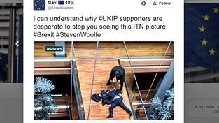 Záběr na zhrouceného europoslance Woolfeho