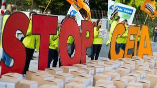 Proti uzavření dohody CETA proběhla řada demonstrací v evropských městech