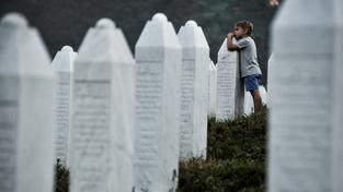 Chlapec u náhrobků obětí srebrenického masakru