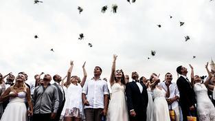 Kromě jednotlivých obřadů kyperské úřady v Larnace jednou za čas uspořádají hromadnou svatbu pro více párů. Loni v červnu takhle oddali 17 párů, převážně Rusů a Izraelců