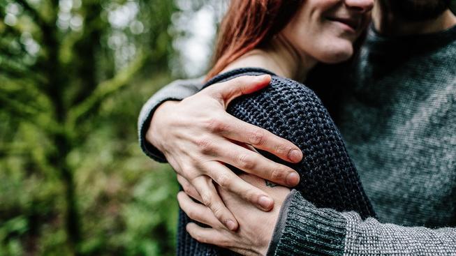 Lidem chybí objetí, jsou ochotni za něj platit i cizím lidem. Ilustrační snímek