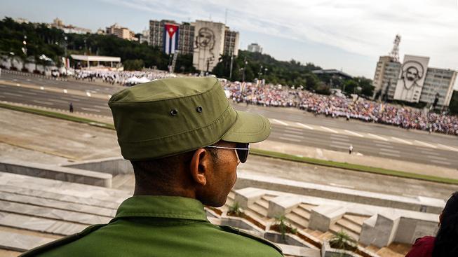 Kubánský voják dohlíží na mši papeže Františka v Havaně