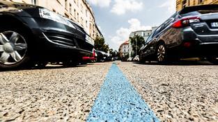 Modrý pruh, který označuje speciální parkovací zóny, komplikuje život řidičům v Praze. Ilustrační snímek