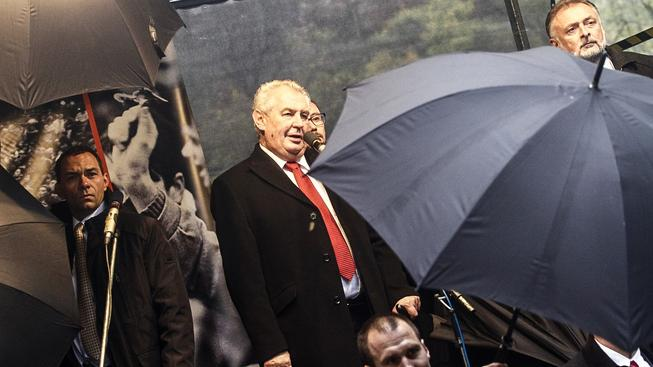 Prezidenta Miloše Zemana před vajíčkovými útoky chránily deštníky