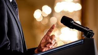 Barack Obama gestikuluje při projevu