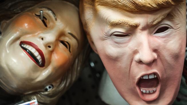 Masky zpodobňující prezidentské kandidáty Hillary Clintonovou a Donalda Trumpa