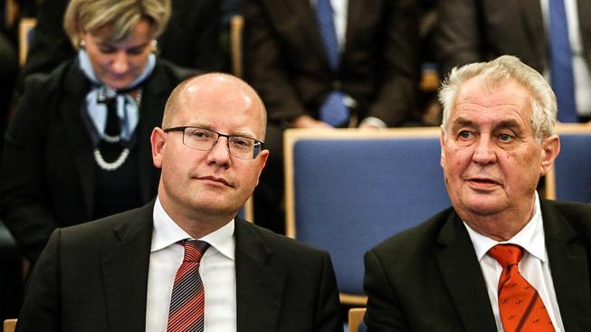 Český premiér Bohuslav Sobotka a prezident Miloš Zeman si stojí za svým postojem vůči Číně