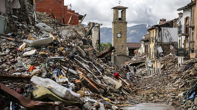 V italském Amatrice se zřítily téměř všechny domy kromě středověké kamenné věže