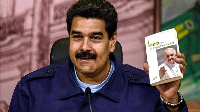 Maduro s knížkou papeži Františkovi