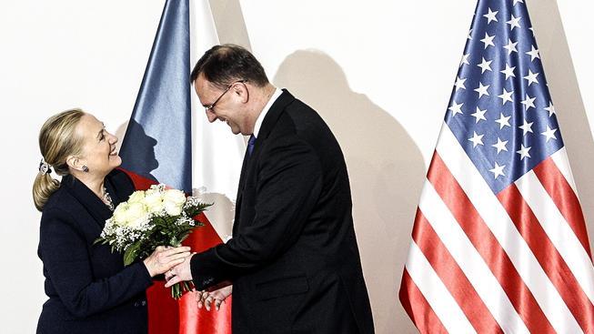 Clintonová to v Praze aspoň zná. Na snímku během své návštěvy Česka v roce 2012 s tehdejším šéfem kabinetu Nečasem