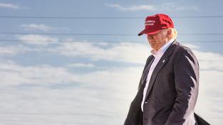 Donald Trum ve své pověstné červené kšiltovce s nápisem 'Make America Great Again'