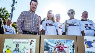 Okamura se svými stoupenci během protestu proti Merkelové