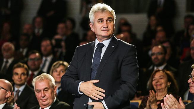 Sociální demokrat Milan Štěch ustál kritiku kvůli protičínskému prohlášení a nakonec funkci předsedy Senátu obhájil