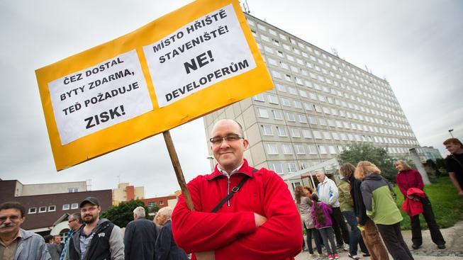Obyvatelé pražského sídliště v Písnici proti prodeji svých bytů několikrát protestovali
