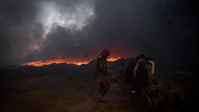 Hasiči u hořícího ropného vrtu