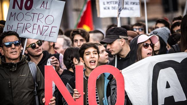 """Demonstrující dav s transparentem, na kterém se píše """"NE zrůdě z Florencie"""". Právě odtud pochází premiér Renzi"""