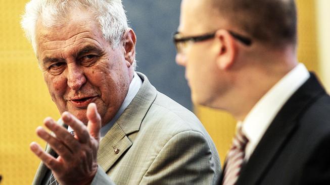 Zeman pověřil dva nové členy Sobotkovy vlády