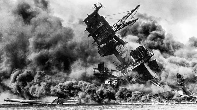 Symbolem útoku na Pearl Harbor je potopení lodi Arizona