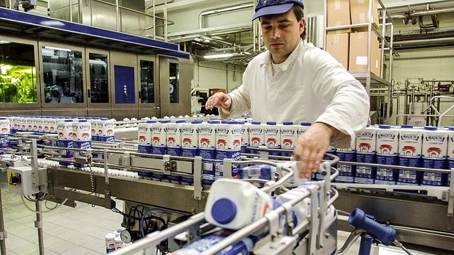 V továrně na mléčné výrobky Madeta. Ilustrační snímek
