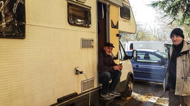 Adriano Morea sedí na zápraží svého karavanu. Se  sociálního bytu ve čtvrti San Basilio, který obsadil nelegálně, musel odejít kvůli marocké rodině