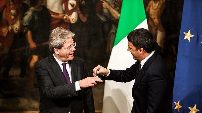 Nový premiér Gentiloni a jeho předchůdce Renzi