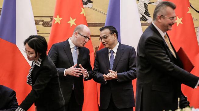 Sobotka s čínským kolegou Li Kche-čchiang a Tvrdík v popředí