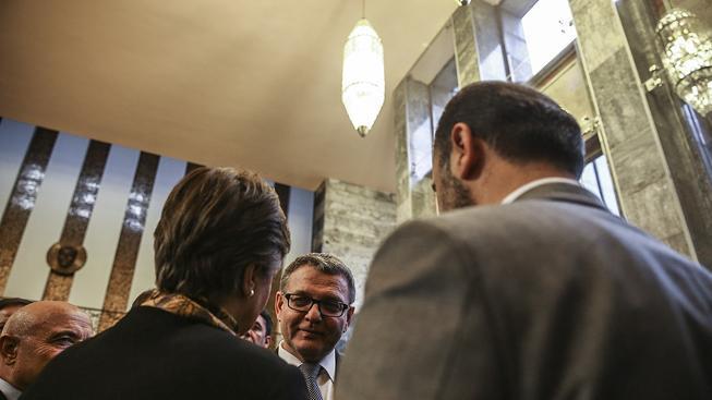 Pod lustrem je největší tma? Český ministr zahraničí Lubomír Zaorálek přivezl Turecku lustry a odsoudil červencový pokus o puč