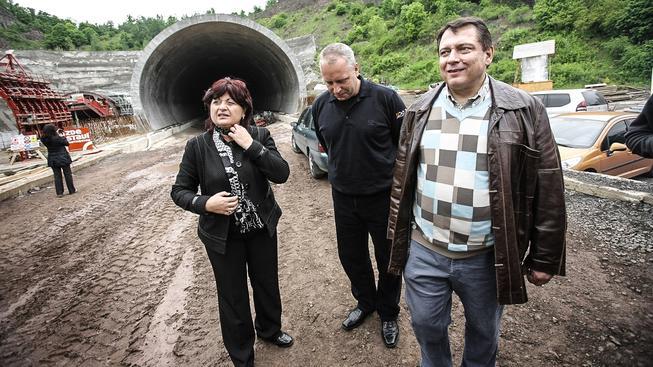 Jana Vaňhová, Petr  Benda a Jiří Paroubek na stavbě dálnice D8