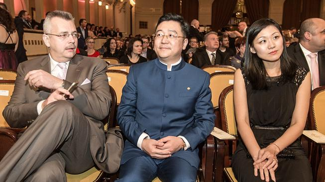 Prezident společnosti CEFC Čchen Čchiou-tchu s členem představenstva firmy exministrem Jaroslavem Tvrdíkem