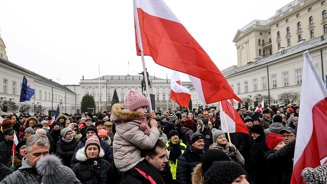 Demonstranti před prezidentským palácem