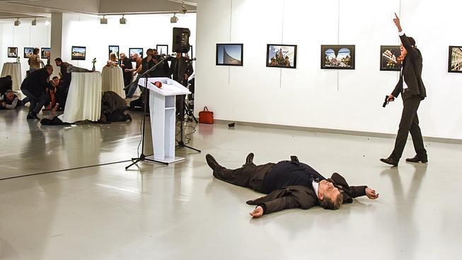 Postřelený velvyslanec, který po převozu do nemocnice zemřel, a jeho vrah